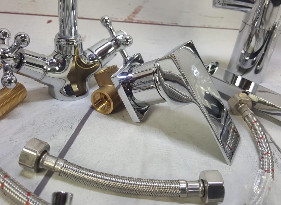 Partij incomplete kranen en onderdelen for Badkamer onderdelen